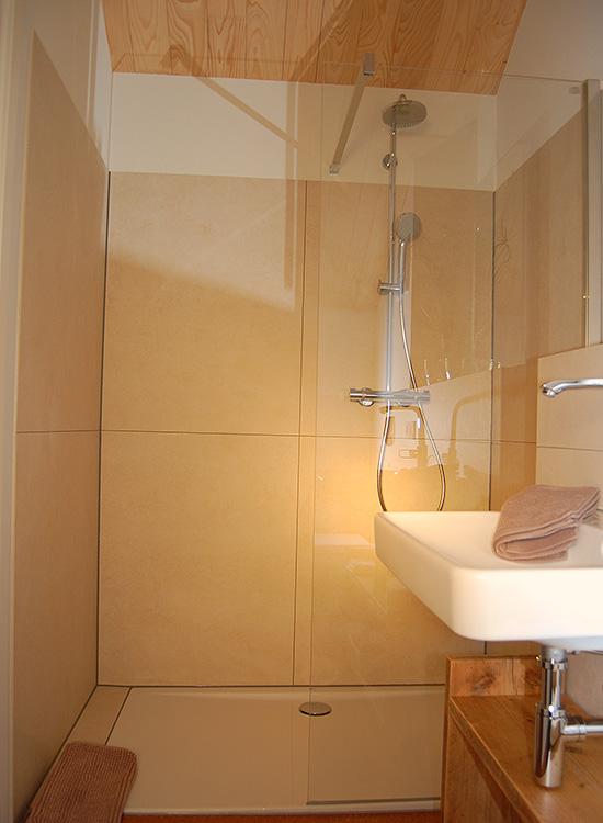 Dusche und Toilette im Ferienhaus
